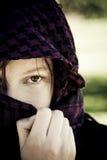 Donna nascosta sul velare fotografia stock libera da diritti