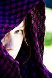Donna nascosta sul velare Fotografie Stock Libere da Diritti
