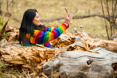 Donna in natura che fa selfie Immagini Stock Libere da Diritti