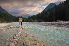 Donna in natura che osserva fuori la vista idilliaca delle montagne Fotografie Stock