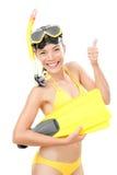 Donna navigante usando una presa d'aria di vacanza isolata Fotografia Stock Libera da Diritti