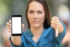 Donna negativa che mostra uno schermo in bianco dello Smart Phone Fotografia Stock