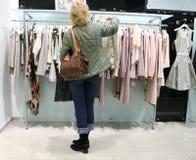 Donna in negozio Immagine Stock Libera da Diritti