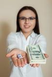 Donna nei dollari e nei dadi di manifestazioni di vetro Immagini Stock Libere da Diritti