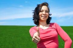 Donna nel campo con l'approvazione del segno Fotografia Stock Libera da Diritti