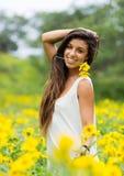 Donna nel campo dei fiori immagine stock
