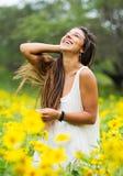 Donna nel campo dei fiori fotografia stock libera da diritti