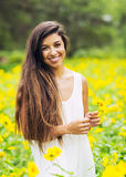 Donna nel campo dei fiori fotografia stock