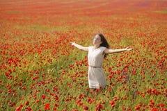 Donna nel campo del papavero Fotografia Stock