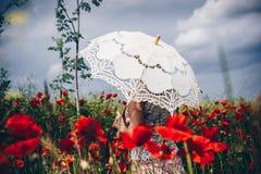 Donna nel campo del papavero con l'ombrello Interpretazione artistica Fotografia Stock