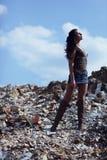 Donna nel campo delle rocce sbriciolate Immagini Stock Libere da Diritti