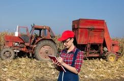 Donna nel campo di grano Immagini Stock Libere da Diritti