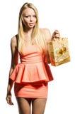 donna nel colore rosa con il pacchetto Fotografia Stock