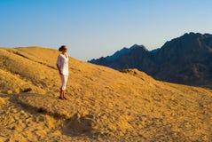 Donna nel deserto Immagini Stock