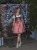 Donna nel dindl al Oktoberfest fotografia stock