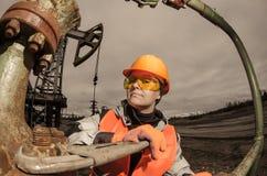 Donna nel giacimento di petrolio Fotografie Stock