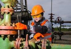 Donna nel giacimento di petrolio Fotografie Stock Libere da Diritti