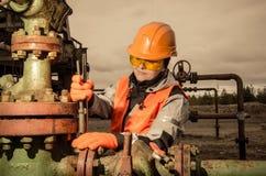Donna nel giacimento di petrolio Immagine Stock Libera da Diritti
