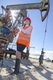 Donna nel giacimento di petrolio Immagini Stock Libere da Diritti