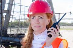Donna nel giacimento di petrolio Fotografia Stock Libera da Diritti