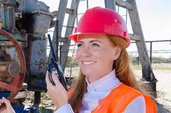 Donna nel giacimento di petrolio Immagine Stock
