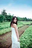 Donna nel giardino Fotografie Stock