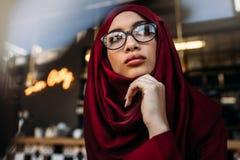 Donna nel hijab che distoglie lo sguardo pensante fotografie stock libere da diritti