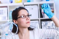 Donna nel laboratorio di microbiologia Fotografie Stock Libere da Diritti