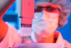 Donna nel laboratorio di microbiologia Immagini Stock Libere da Diritti