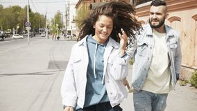 Donna nel litigio con l'uomo sulla via video d archivio