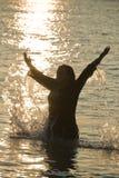 Donna nel mare Immagine Stock