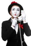 Donna nel mimo di immagine che tiene un microtelefono fotografia stock libera da diritti