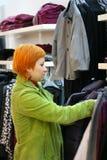 Donna nel negozio dei vestiti Fotografie Stock Libere da Diritti