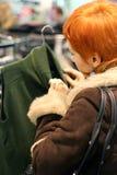 Donna nel negozio dei vestiti Fotografia Stock Libera da Diritti