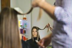 Donna nel negozio del parrucchiere che taglia capelli lunghi Immagini Stock Libere da Diritti