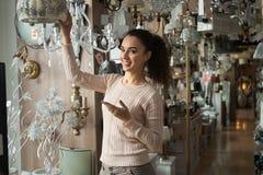 Donna nel negozio di illuminazione fotografia stock libera da diritti