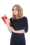 Donna nel nero con il blocchetto per appunti rosso Fotografia Stock