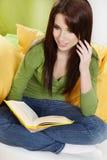 Donna nel paese che legge un libro Immagini Stock