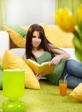 Donna nel paese che legge un libro Immagini Stock Libere da Diritti