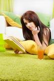 Donna nel paese che legge un libro Fotografie Stock Libere da Diritti