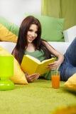 Donna nel paese che legge un libro Fotografia Stock