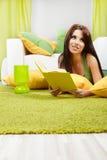 Donna nel paese che legge un libro Fotografia Stock Libera da Diritti