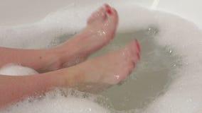 Donna nel piede commovente del bagno stock footage