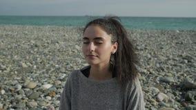 Donna nel positiong del loto sulla spiaggia video d archivio