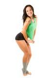 Donna nel reggiseno di sport che risolve in ginnastica fotografia stock libera da diritti