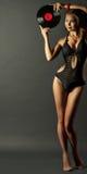 Donna nel retro stile con la piastrina del vinile Immagine Stock Libera da Diritti