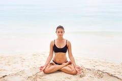 Donna nel rilassamento sulla spiaggia tropicale con la sabbia, parti del corpo yoga e meditazione Fotografia Stock