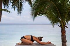 Donna nel rilassamento sulla spiaggia tropicale con la sabbia, parti del corpo yoga e meditazione Fotografie Stock