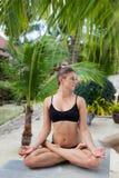 Donna nel rilassamento sulla spiaggia tropicale con la sabbia, parti del corpo yoga e meditazione Immagine Stock Libera da Diritti