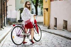 Donna nel rosso che guarda indietro Fotografie Stock